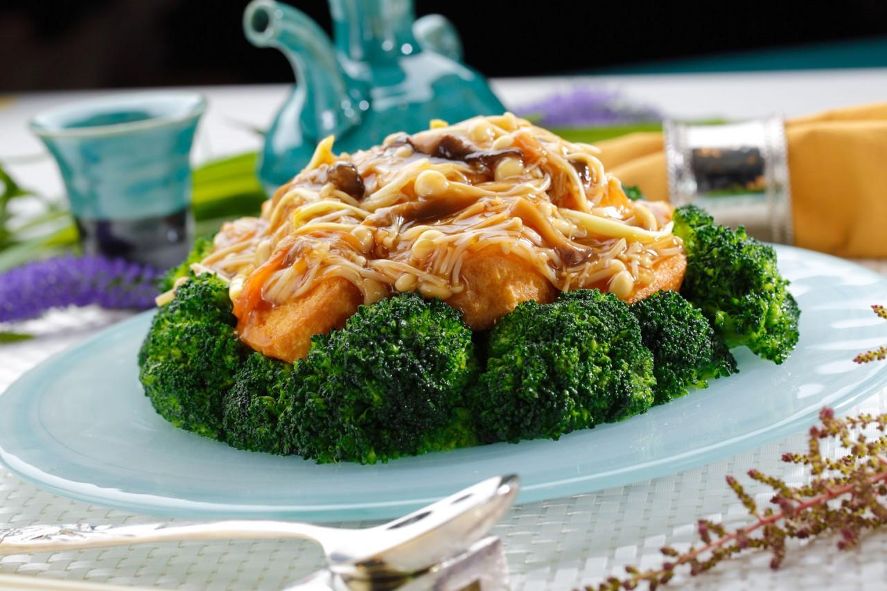 瑤柱金菇扒玉子豆腐  Egg Tofu with Dried Scallops & Enoki Mushroom